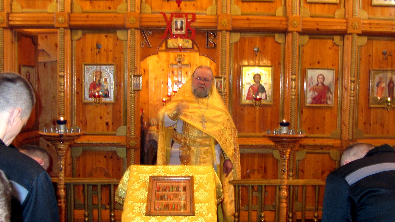 Службу провел настоятель храма святого Димитрия Солунского в селе Ломоносово иерей Александр Аншуков