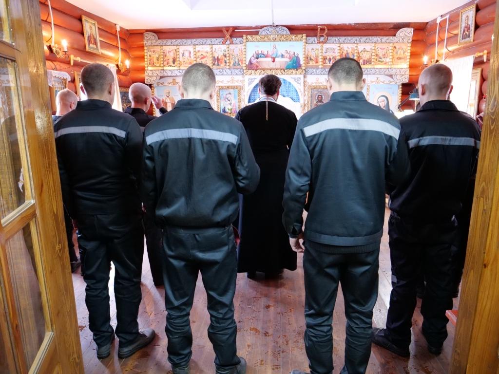 В заключение встречи отец Георгий провел молебен в храме учреждения