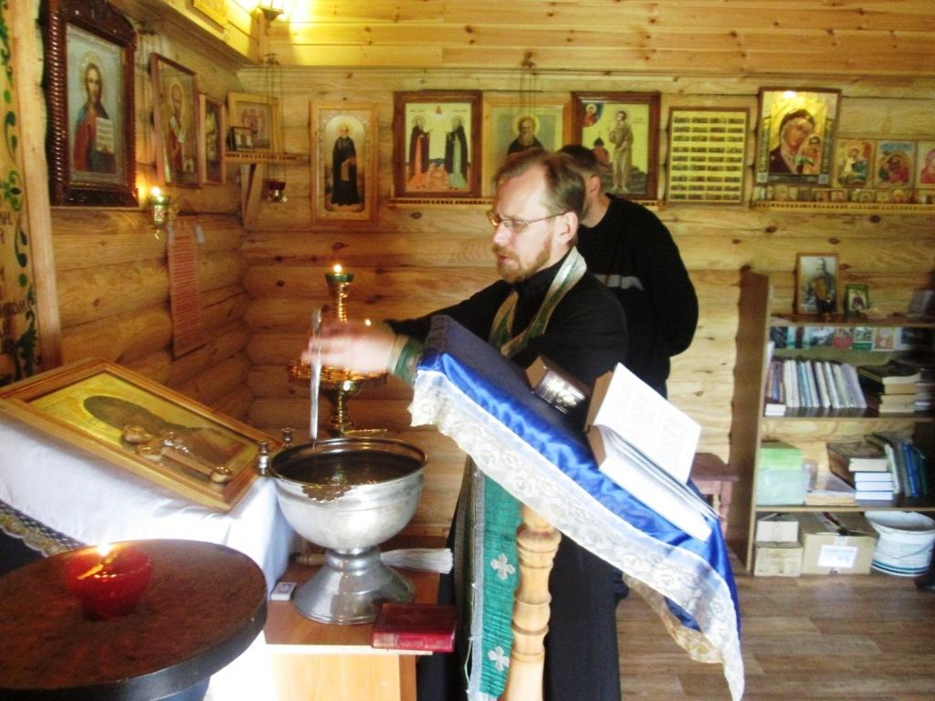 В завершении визита отца Владимира отбывающие наказание передали ему записки